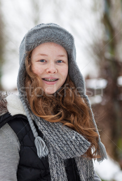 Tinédzser lány park szabadtér portré derűs Stock fotó © MikLav