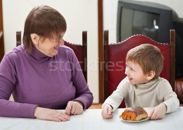 Nagyi unoka mosolyog ül asztal otthon Stock fotó © MikLav