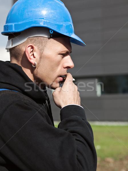 Dohányzás munkás védősisak profil komoly utasítás Stock fotó © MikLav