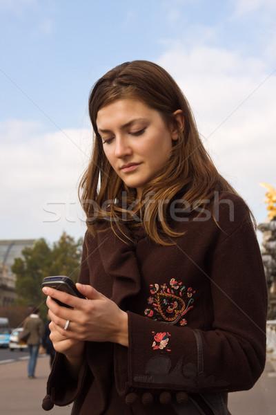 Szöveg engem fiatal nő olvas szöveges üzenet mobil Stock fotó © MikLav