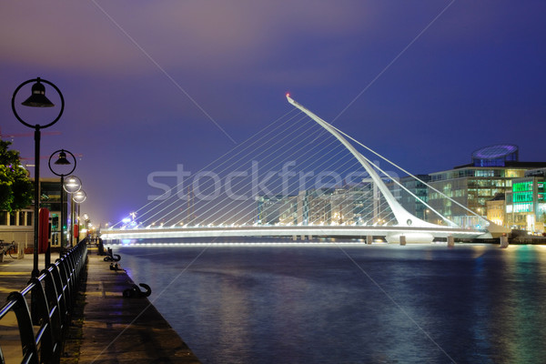 Hárfa híd Dublin éjszaka folyó megvilágított Stock fotó © MikLav