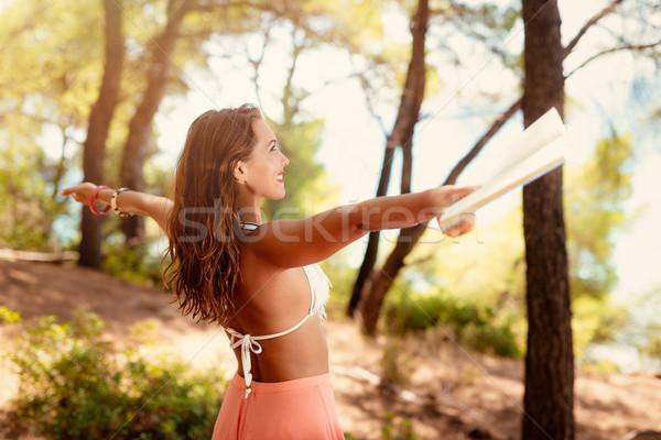 Foto stock: Mulher · jovem · relaxante · livro · pinho