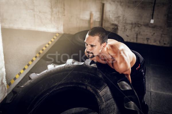 Forte suficiente pneu jovem muscular homem Foto stock © MilanMarkovic78