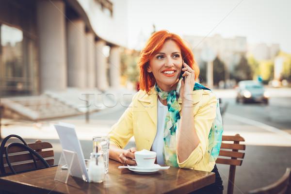 Imprenditrice pausa caffè sorridere telefono strada cafe Foto d'archivio © MilanMarkovic78