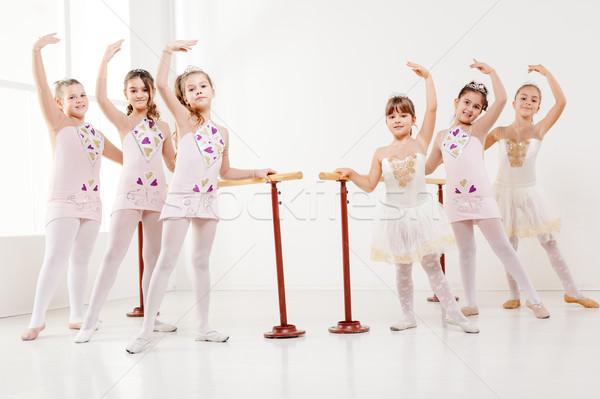Kislányok gyakorol balett tánc stúdió néz Stock fotó © MilanMarkovic78