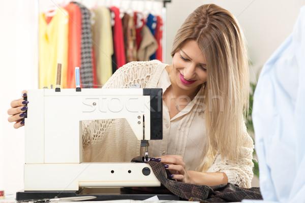 Jonge mode ontwerper mooie glimlachend meisje Stockfoto © MilanMarkovic78
