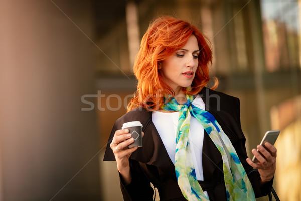 üzletasszony közösségi média kávészünet mosolyog sikeres okostelefon Stock fotó © MilanMarkovic78