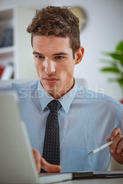 Perfectionnement sérieux jeunes employé travail bureau Photo stock © MilanMarkovic78