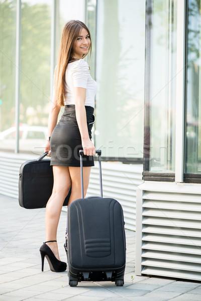 Işkadını bavul iş gezisi Bina mutlu takım elbise Stok fotoğraf © MilanMarkovic78