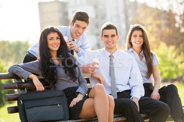Przerwa na kawę parku mała grupa ludzi biznesu posiedzenia ławce Zdjęcia stock © MilanMarkovic78