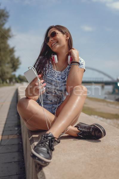 Napos idő zene gyönyörű mosolyog fiatal nő szórakozás Stock fotó © MilanMarkovic78