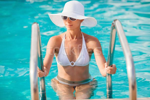 Mooie vrouw uit zwembad ladder aantrekkelijk jonge vrouw Stockfoto © MilanMarkovic78