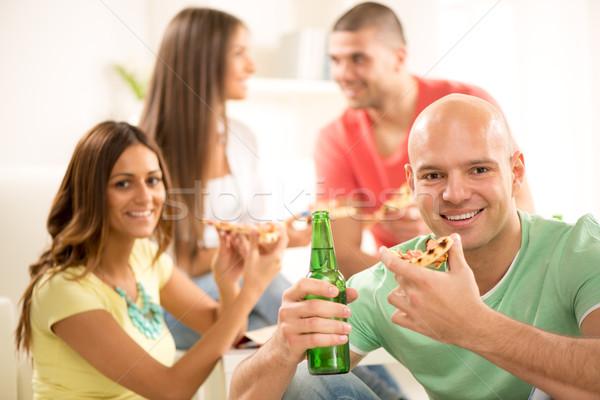 Zdjęcia stock: Młodych · mężczyzn · jedzenie · pizza · uśmiechnięty · pitnej