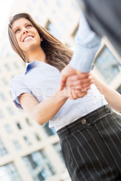 üzlet üzlet fiatal üzletasszony kézfogás vállalati Stock fotó © MilanMarkovic78