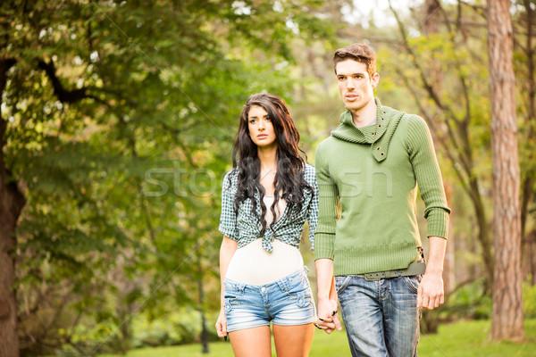 ходьбы парка молодые красивый гетеросексуальные пары ходьбе Сток-фото © MilanMarkovic78