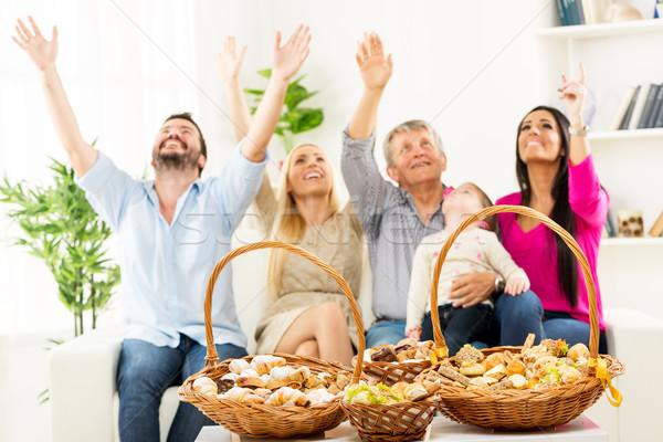 Gelukkig gezin genieten smaak gebak ingericht gebak Stockfoto © MilanMarkovic78