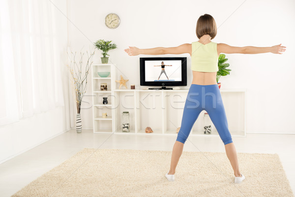 Fiatal nő testmozgás tv sportok ruházat mögött Stock fotó © MilanMarkovic78