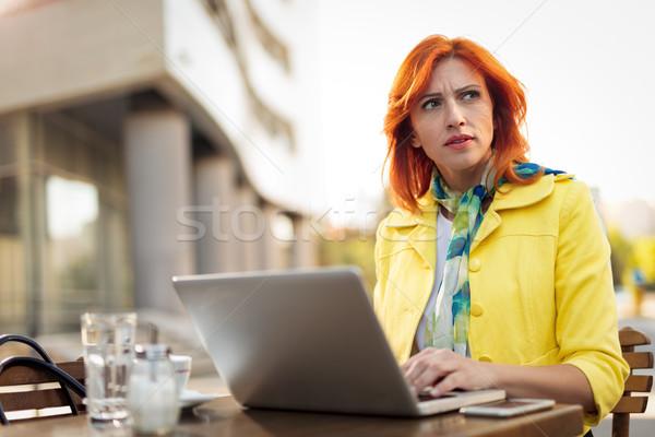 üzletasszony dolgozik kávészünet komoly laptop utca Stock fotó © MilanMarkovic78