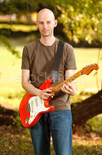 Gitáros park fiatal gitáros játszik gitár Stock fotó © MilanMarkovic78