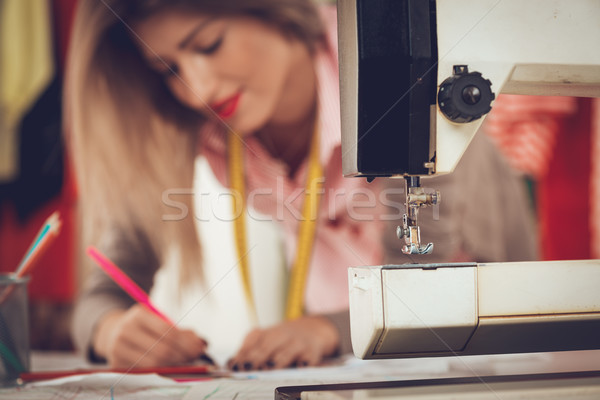 Maszyny do szycia młoda kobieta moda projektant rysunek szkic Zdjęcia stock © MilanMarkovic78