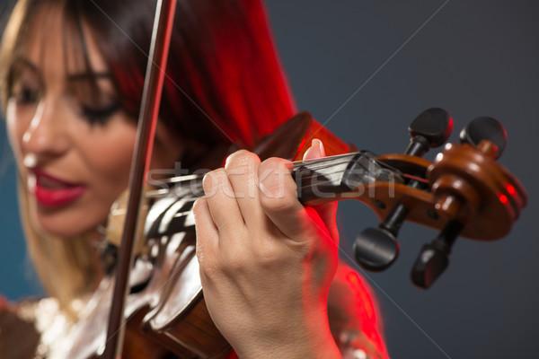 Gyönyörű nő játszik hegedű közelkép fiatal nő arc Stock fotó © MilanMarkovic78