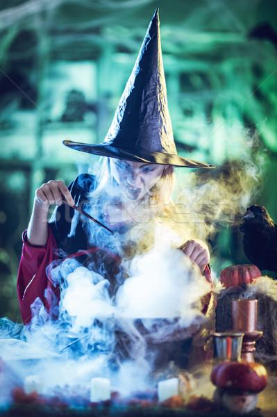 Stok fotoğraf: Genç · cadı · pişirme · büyü · yüz · gizlenmiş