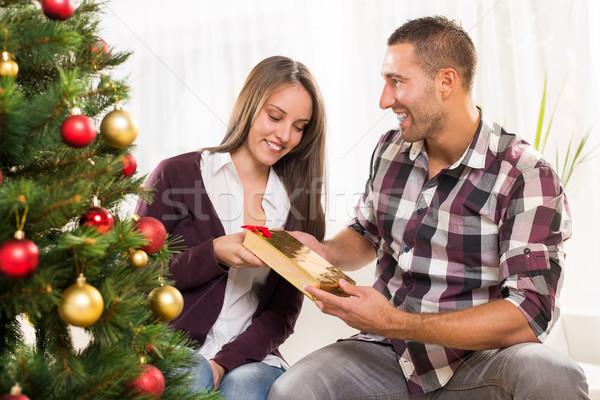 Mutlu Noel çift genç kız arkadaş hediye Stok fotoğraf © MilanMarkovic78