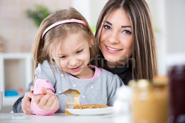 Ontbijt moeder dochter honing pindakaas brood Stockfoto © MilanMarkovic78