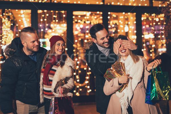 Indovinare giovani felice quattro amici shopping Foto d'archivio © MilanMarkovic78