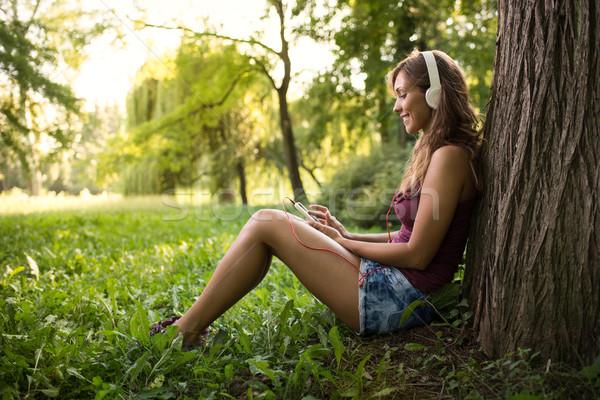 Hallgat zene természet boldog gyönyörű lány ül Stock fotó © MilanMarkovic78