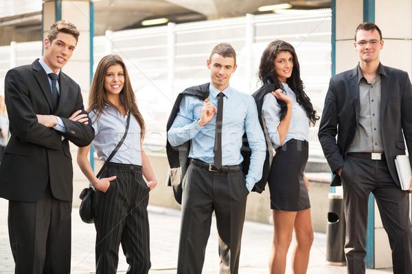 Grupy młodych ludzi biznesu stałego na zewnątrz biuro Zdjęcia stock © MilanMarkovic78