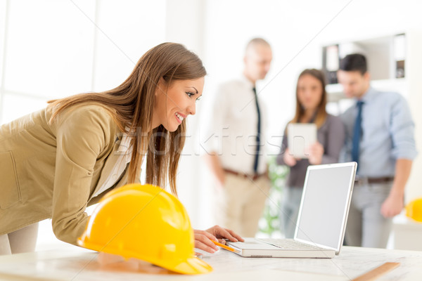 Stock fotó: Fiatal · építész · mosolyog · női · projekt · laptop