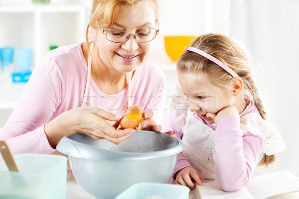 Grootmoeder kleindochter keuken mooie gelukkig gebroken Stockfoto © MilanMarkovic78