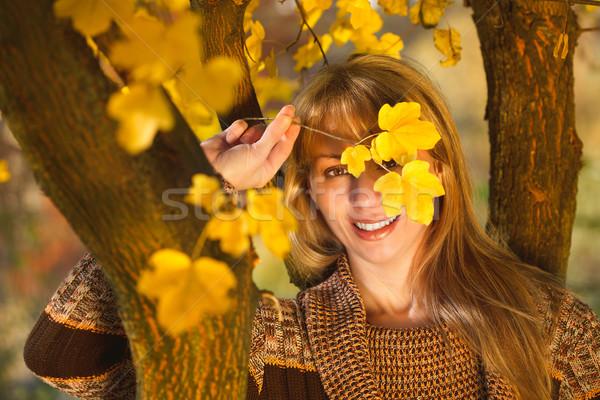 Kadın gizlenmiş arkasında yaprakları güzel kadın Stok fotoğraf © MilanMarkovic78
