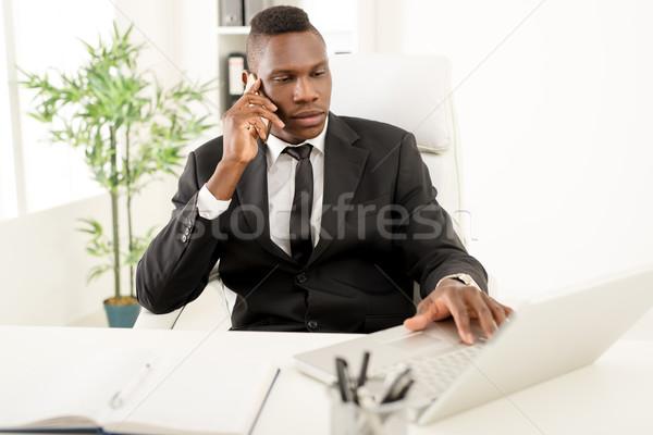ストックフォト: アフリカ · ビジネスマン · スマートフォン · 作業 · ノートパソコン · オフィス