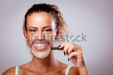 Schoonmaken tanden flosdraad mooie jonge glimlachende vrouw Stockfoto © MilanMarkovic78
