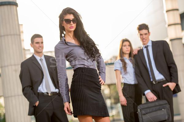 Zdjęcia stock: Atrakcyjny · młodych · kobieta · interesu · dość · stałego · zespół · firmy