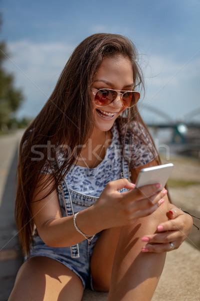 Közösségi média idő aranyos mosolyog fiatal nő szörfözik Stock fotó © MilanMarkovic78
