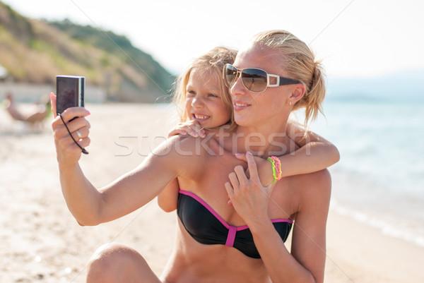 Mutter Tochter Strand Familie glücklich Sonne Stock foto © MilanMarkovic78
