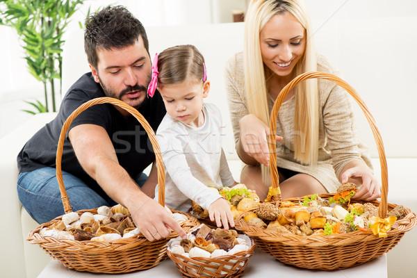 Boldog család eszik sütemény együtt szülők lánygyermek Stock fotó © MilanMarkovic78