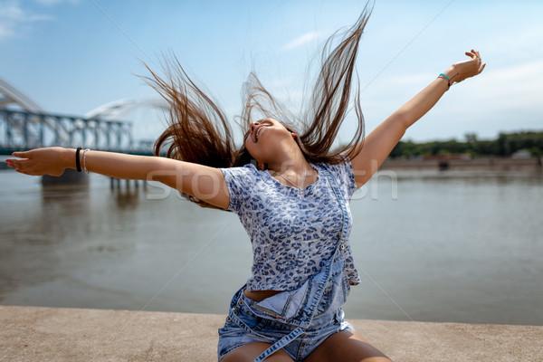 Szükség jókedv gyönyörű mosolyog fiatal nő szórakozás Stock fotó © MilanMarkovic78