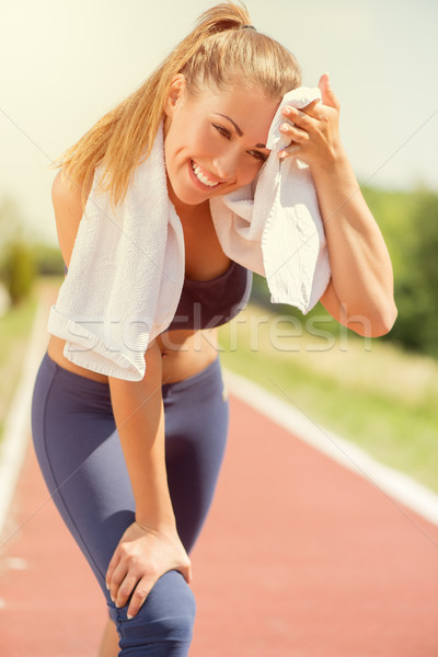 Bella runner ragazza giovani donna sorridente riposo Foto d'archivio © MilanMarkovic78