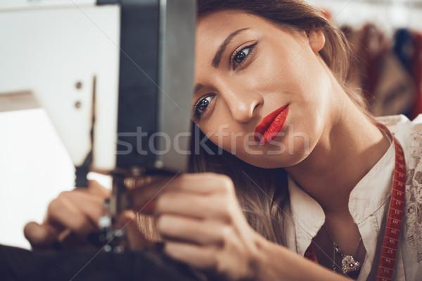 Maszyny do szycia młodych piękna kobieta posiedzenia wątku Zdjęcia stock © MilanMarkovic78