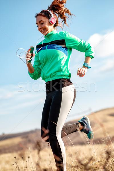 Inspanning dagelijks jonge vrouw hoofdtelefoon Stockfoto © MilanMarkovic78