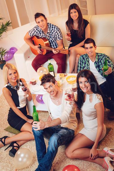 Jeunes amis maison fête groupe jeunes Photo stock © MilanMarkovic78