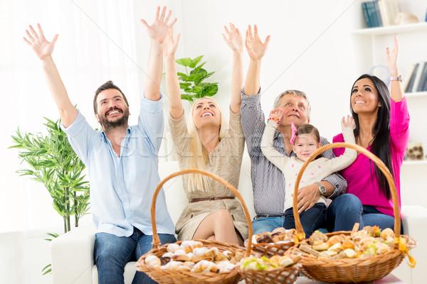 Rodziny uroczystości szczęśliwą rodzinę posiedzenia kanapie Zdjęcia stock © MilanMarkovic78