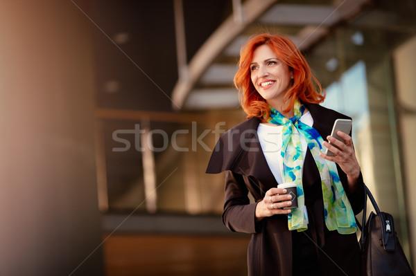 Zakenvrouw koffiepauze glimlachend geslaagd smartphone kantoor Stockfoto © MilanMarkovic78