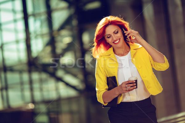 üzletasszony kávészünet mosolyog sikeres okostelefon iroda Stock fotó © MilanMarkovic78