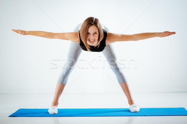 Determinado flexible hermosa niña ejercicio mirando Foto stock © MilanMarkovic78