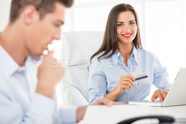 üzletasszony hitelkártya fiatal üzletemberek nő férfi Stock fotó © MilanMarkovic78